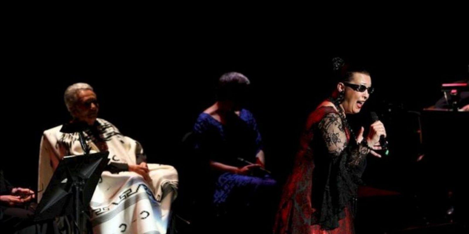 La cantante Chavela Vargas (i), junto a la española Martirio (d), actúan en el homenaje al poeta español Federico García Lorca, en el Palacio de Bellas Artes de Ciudad de México. EFE