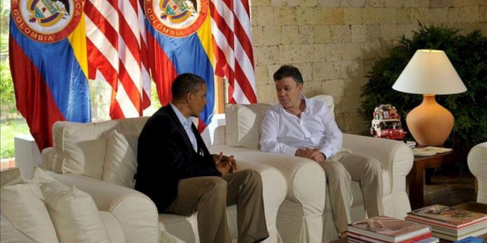Fotografía cedida por la presidencia de Colombia en la que se registró al Presidente colombiano, Juan Manuel Santos (d), hablando con su homólogo de EE.UU., Barack Obama, durante una reunión bilateral que sostuvieron en la Casa de Huéspedes Ilustres en Cartagena de Indias (Colombia), como parte de las actividades de la VI Cumbre de las Américas EFE