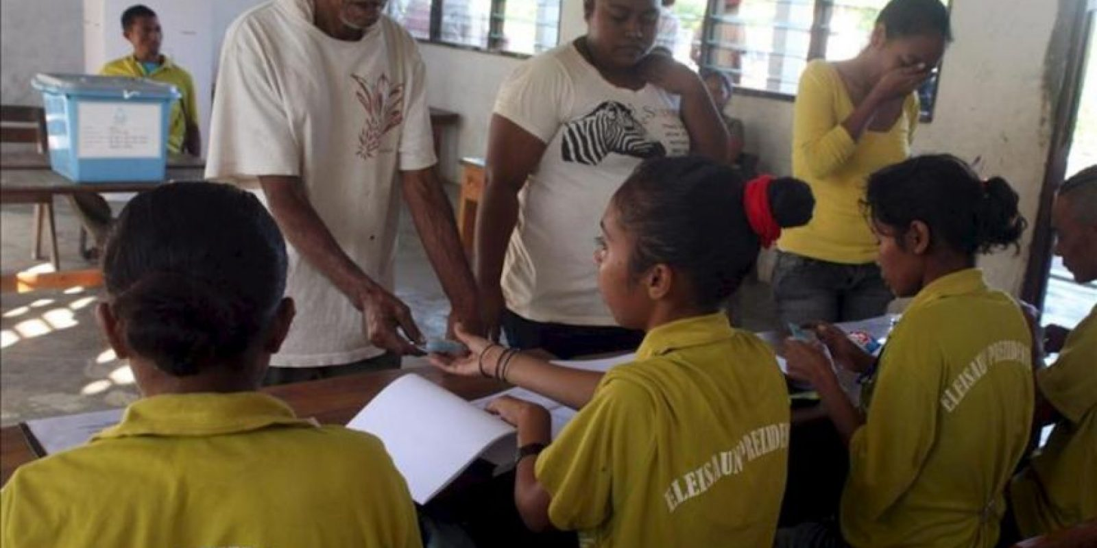 Varias personas se registran para votar, este lunes 16 de abril de 2012, en Dili, Timor Oriental. Los colegios electorales de Timor Oriental abrieron para elegir, en segunda vuelta, al nuevo presidente de esta joven nación. EFE