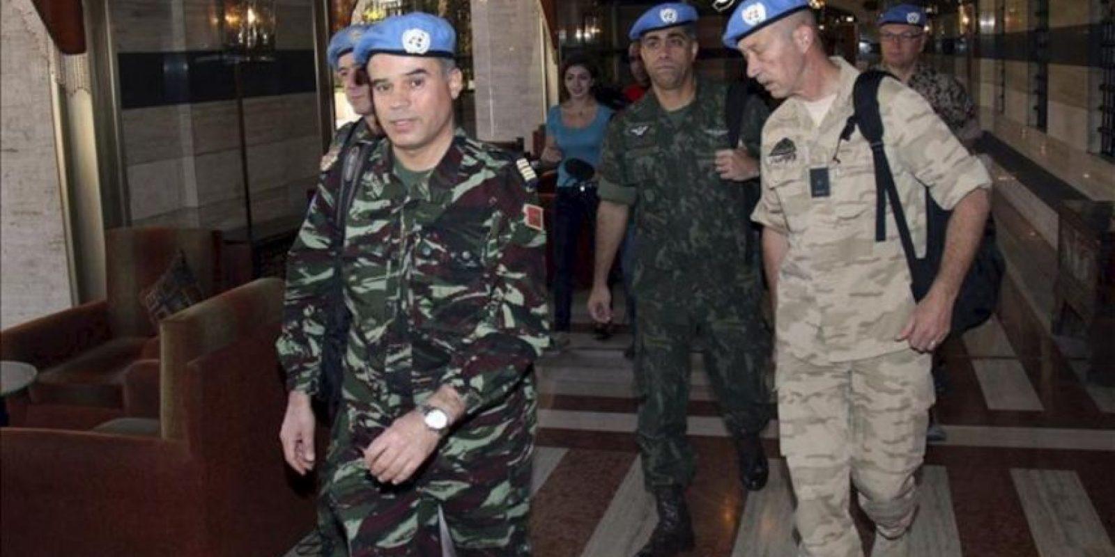 Los observadores de Naciones Unidas para verificar el alto el fuego en Siria salen del Hotel Sheraton en Damasco, Siria, el lunes 16 de abril de 2012. La misión inicia lunes sus trabajos después de la llegada la noche anterior del primer grupo de seis expertos. EFE