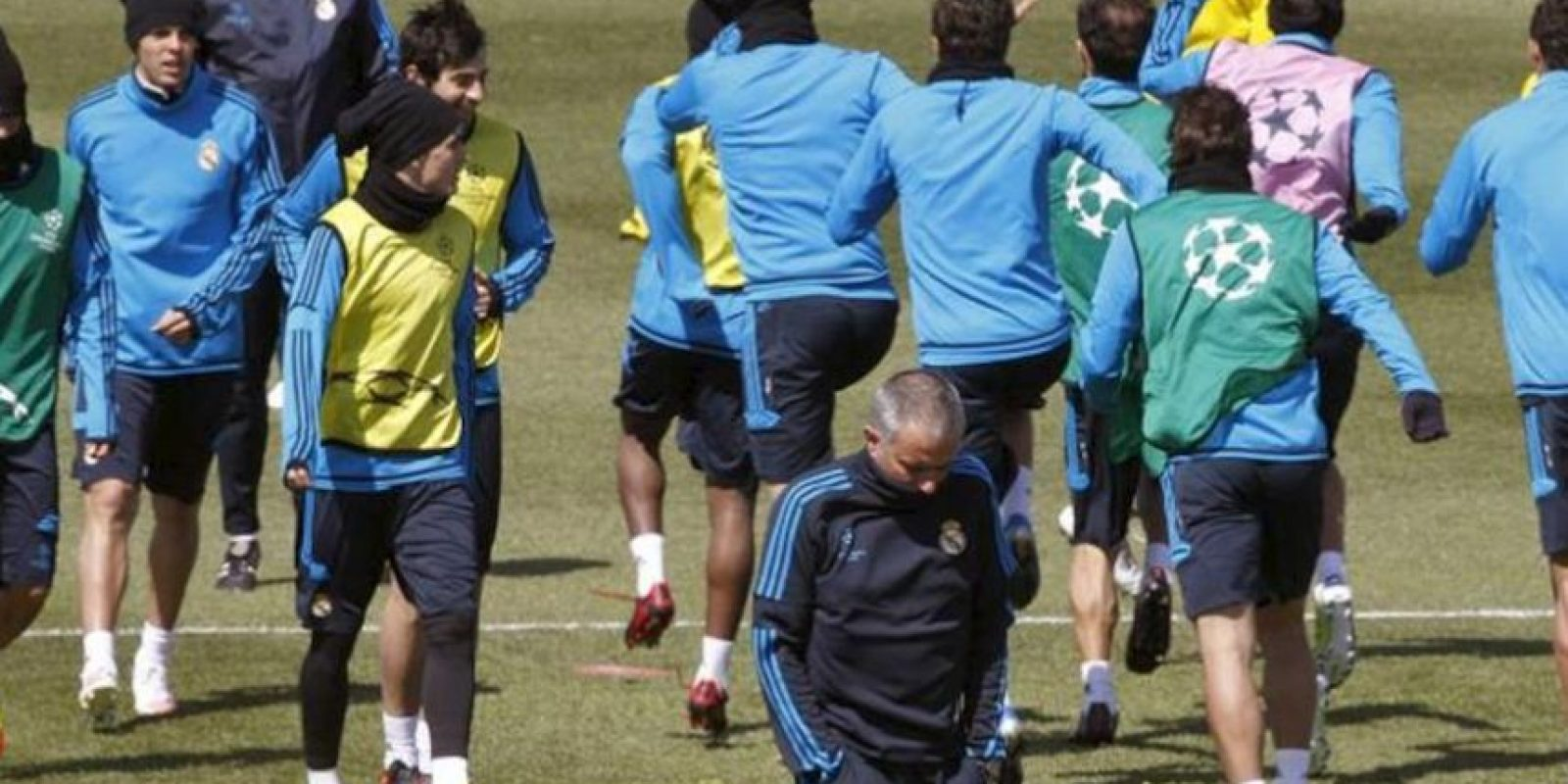 El técnico portugués Jose Mourinho junto a sus jugadores durante el entrenamiento del Real Madrid en el que preparó hoy en la ciudad deportiva del club el partido que disputará mañana ante el Bayern de Munich, en el estadio Olímpico muniqués, correpondiente a la ida de las semifinales de la Liga de Campeones. EFE