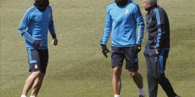 El técnico portugués Jose Mourinho (d) conversando con los centrocampistas alemanes Mesut Ozil (i) y Sami Khedira durante el entrenamiento del Real Madrid en el que preparó hoy en la ciudad deportiva del club el partido que disputará mañana ante el Bayern de Munich en el estadio Olímpico muniqués, correpondiente a la ida de las semifinales de la Liga de Campeones. EFE