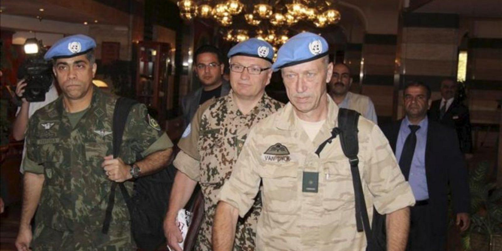 Los observadores de Naciones Unidas para verificar el alto el fuego en Siria salen del Hotel Sheraton en Damasco, Siria. EFE