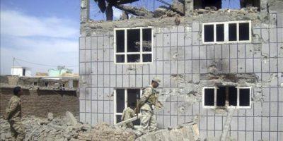 Soldados del ejército afgano inspeccionan el escenario de la batalla que enfrentaron a talibanes y fuerzas afganas en Logar, Afganistán. EFE