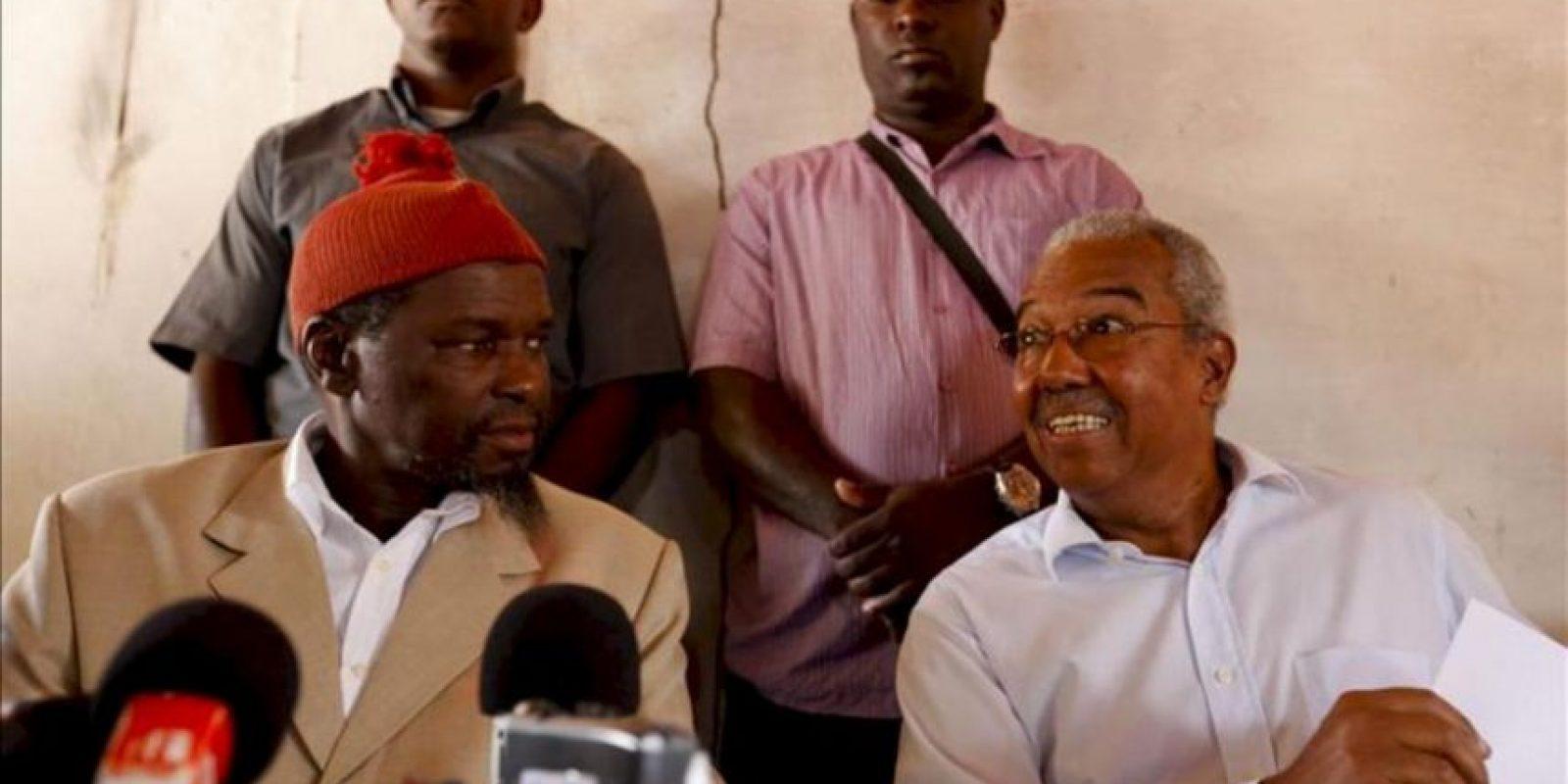 Koumba Yala (i), el líder del principal partido opositor, el Partido de Renovación Social (PRS) y el ex presidente y candidato presidencial independiente Henrique Rosa (d) se dirigen a los medios de comunicación durante una rueda de prensa. EFE