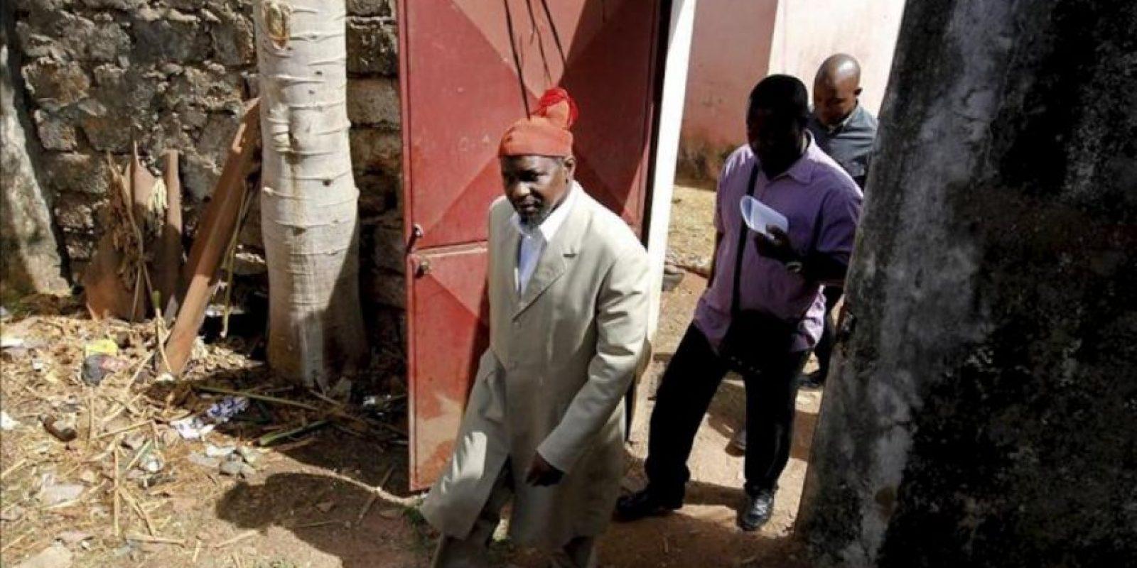 Koumba Yala (i), el líder del principal partido opositor, el Partido de Renovación Social (PRS) a su llegada a la rueda de prensa celebrada en Bissau, Guinea Ecuatorial. EFE
