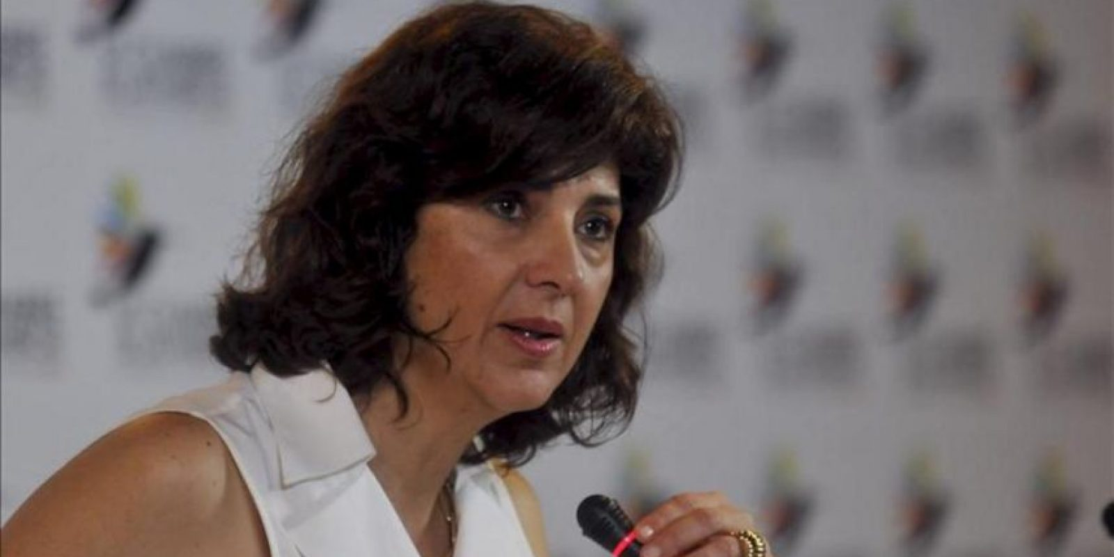 La canciller de Colombia, María Angela Holguín, habla este 16 de abril, en una conferencia de prensa en Cartagena de Indias (Colombia) para entregar un balance de la VI Cumbre de las Américas que se realizó en la ciudad. EFE