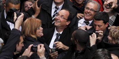 El candidato socialista a la presidencia francesa, Francois Hollande (C) saluda a sus seguidores durante un acto electoral celebrado en Albi, al sur de Francia. EFE
