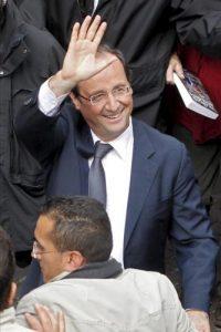 El candidato socialista a la presidencia francesa, Francois Hollande saluda a sus seguidores durante un acto electoral celebrado en Albi, al sur de Francia. EFE