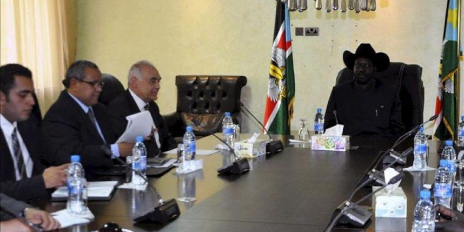 El presidente de Sudán de Sur, Salva Kiir Mayardit (d) conversa con el ministro egipcio de Asuntos Exteriores, Mohamed Amr Kamel (2d) durante una reunión celebrada en Yuba, Sudán del Sur. EFE