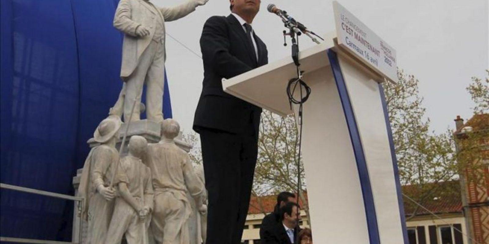 El candidato socialista a la presidencia francesa, Francois Hollande da un discurso a lado de la estatua de Jean Jaures durante un acto electoral celebrado en Carmaux, al sur de Francia. EFE