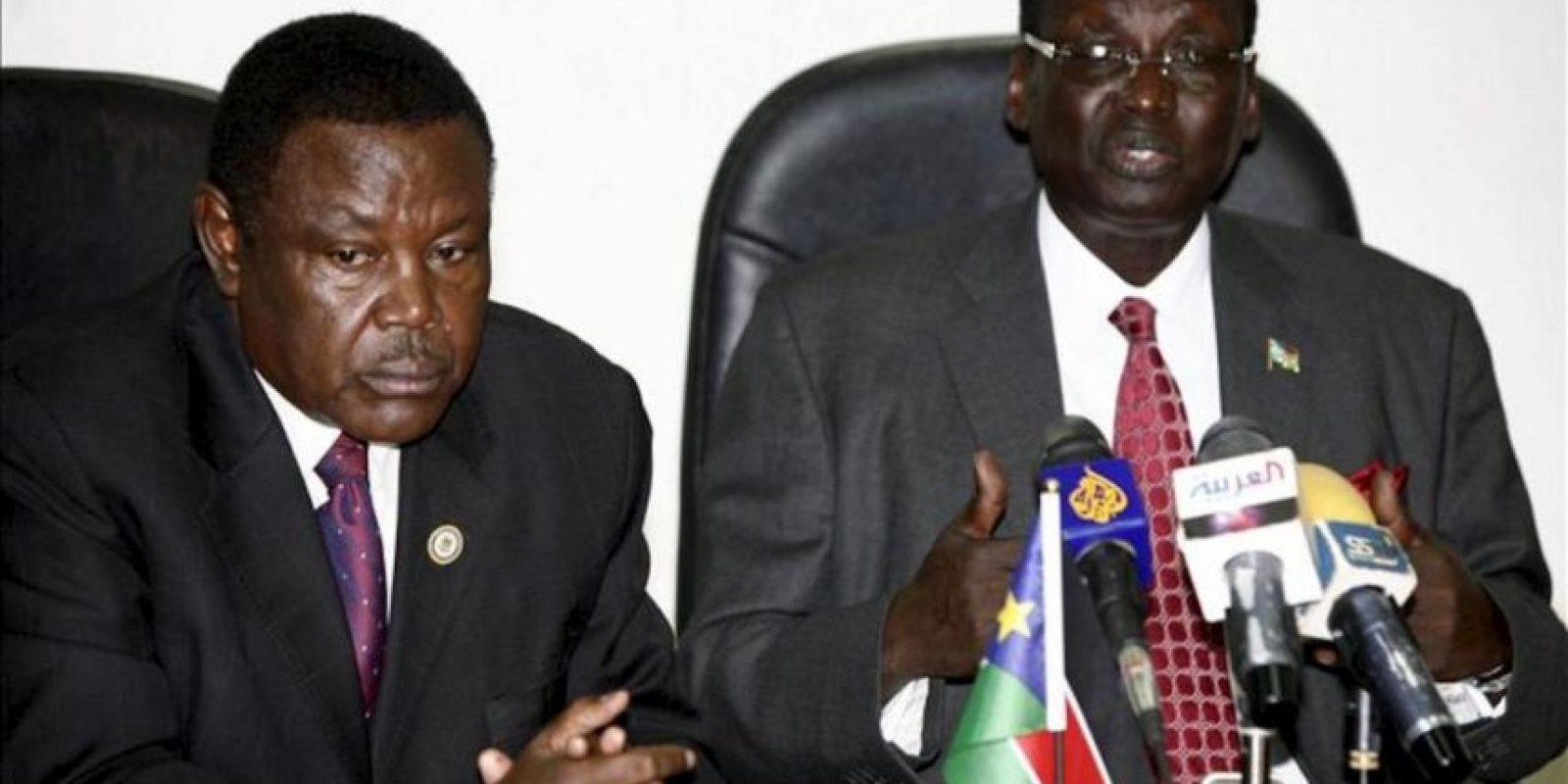 El ministro de Interior del Sudán del Sur, Alison Manani, (i), comparece ante los medios junto al ministro de Información Barnaba Marial (d) para informar sobre los últimos acontecimientos en la frontera con Sudán. EFE