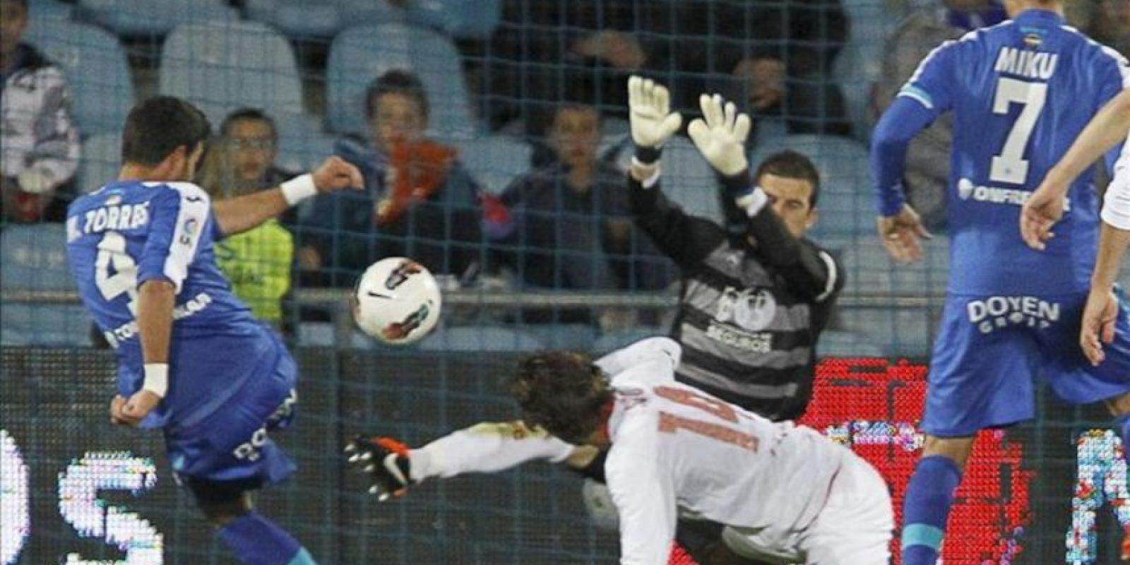 El defensa del Getafe Miguel Torres (i) consigue el primer gol de su equipo ante el Sevilla, durante el partido correspondiente a la trigésima cuarta jornada de Liga en Primera División en el Coliseum Alfonso Pérez. EFE
