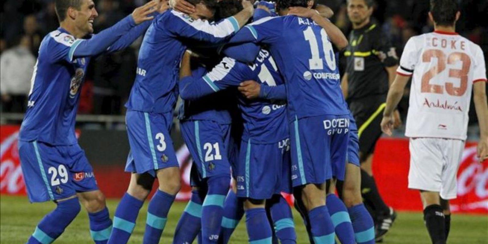 Los jugadores del Getafe celebran el segundo gol del equipo madrileño, durante el encuentro correspondiente a la jornada 34 de primera división, en el Coliseum Alfonso Pérez de Getafe. EFE