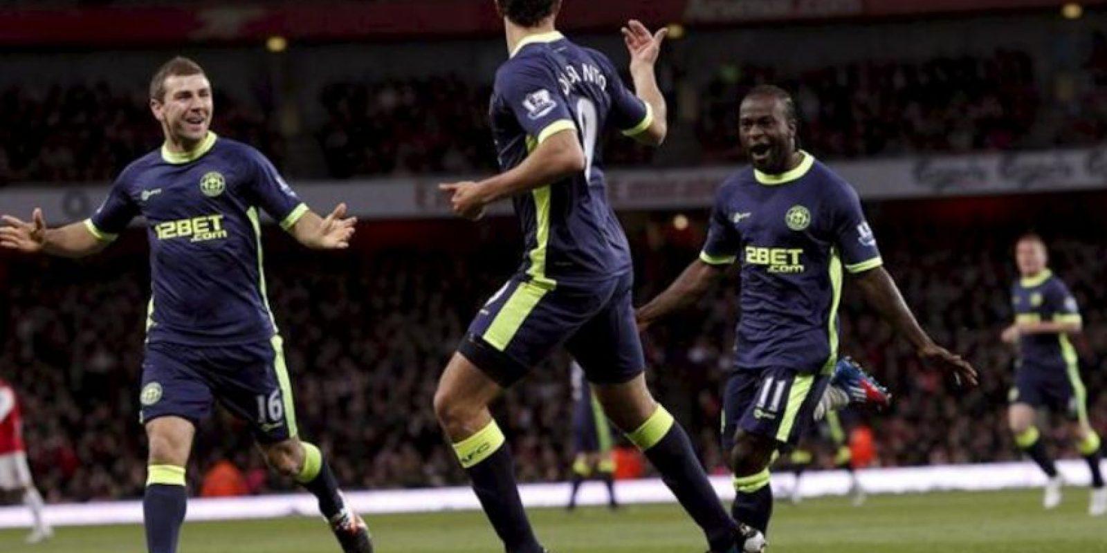 Los jugadores del Wigan Athletic Franco Di Santo (c), James McArthur (izq) y Victor Moses (dcha) celebran el primer gol al Arsenal, durante el partido de la Premier League que los dos equipos jugaron en el Emirates Stadium de Londres, Reino Unido. EFE