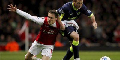 El jugador del Arsenal Aaron Ramsey (i) disputa el balón con James McCarthy (d) del Wigan Athletic durante su partido de la Liga Premier Inglesa en el estadio Emirates en Londres (Reino Unido). EPA