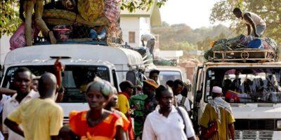 Habitantes abordan un autobús para abandonar Bisau (Guinea Bisau). EFE