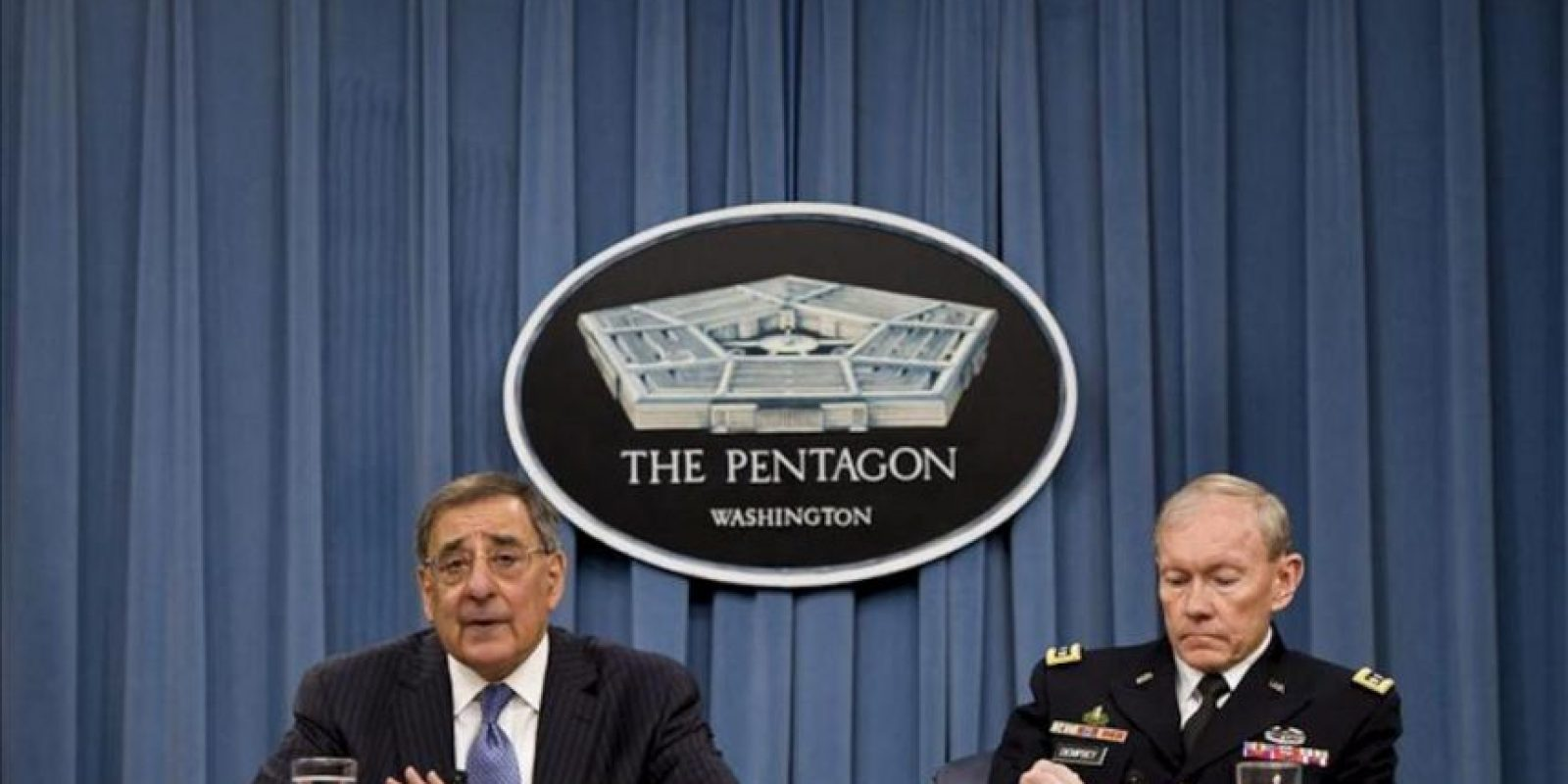 El secretario de Defensa estadounidense, Leon Panetta (i) y el jefe del Estado Mayor Conjunto de EE.UU., general Martin Dempsey (d), participan en una conferencia de prensa en el Pentágono en Arlington. EFE