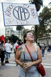 Una manifestante sostiene un cartel de apoyo a las medidas relacionadas con la petrolera YPF anunciadas por la presidenta Cristina Fernández de Kirchner durante una manifestación en la Plaza de Mayo en Buenos Aires (Argentina). EFE