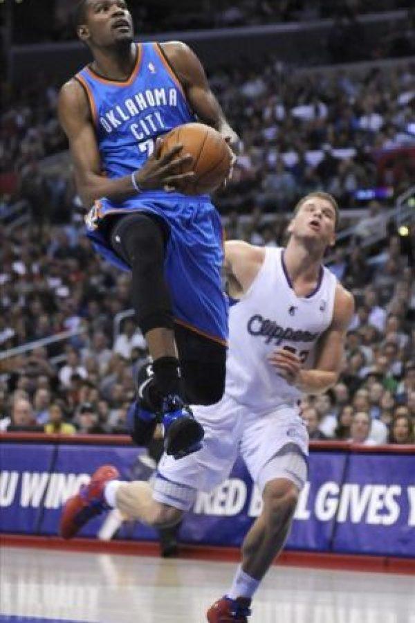 El jugador de Oklahoma City Thunder, Kevin Durant (i), realiza un lanzamiento sobre el jugador Blake Griffin (d) de Los Angeles Clippers durante un juego de la NBA en el Staples Center en Los Angeles. EFE