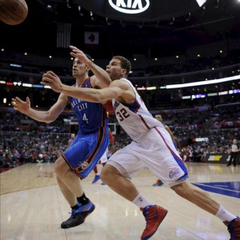 El jugador de Oklahoma City Thunder, Nick Collison (i), disputa un balón con el jugador Blake Griffin (d) de Los Angeles Clippers durante un juego de la NBA en el Staples Center en Los Angeles. EFE