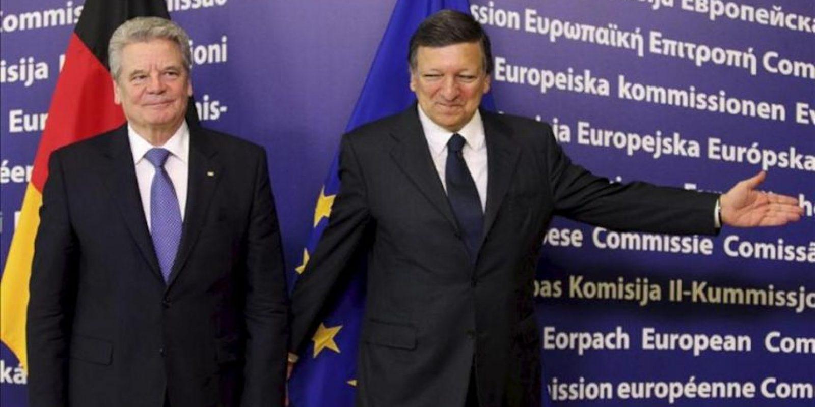 El presidente de la Comisión Europea, José Manuel Durao Barroso (d), da la bienvenida al presidente alemán, Joachim Gauck, hoy antes de su reunión en Bruselas, Bélgica. EFE
