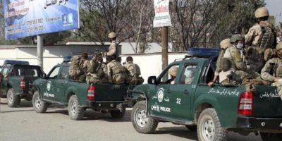 Miembros de las fuerzas de seguridad de Afganistán patrullan por las calles de Kabul, Afganistán, el martes 17 de abril de 2012, un día después de que las fuerzas afganas pusieran fin a un ataque coordinado perpetrado por comandos talibanes en Kabul y otras tres ciudades que acabó con medio centenar de muertos. EFE