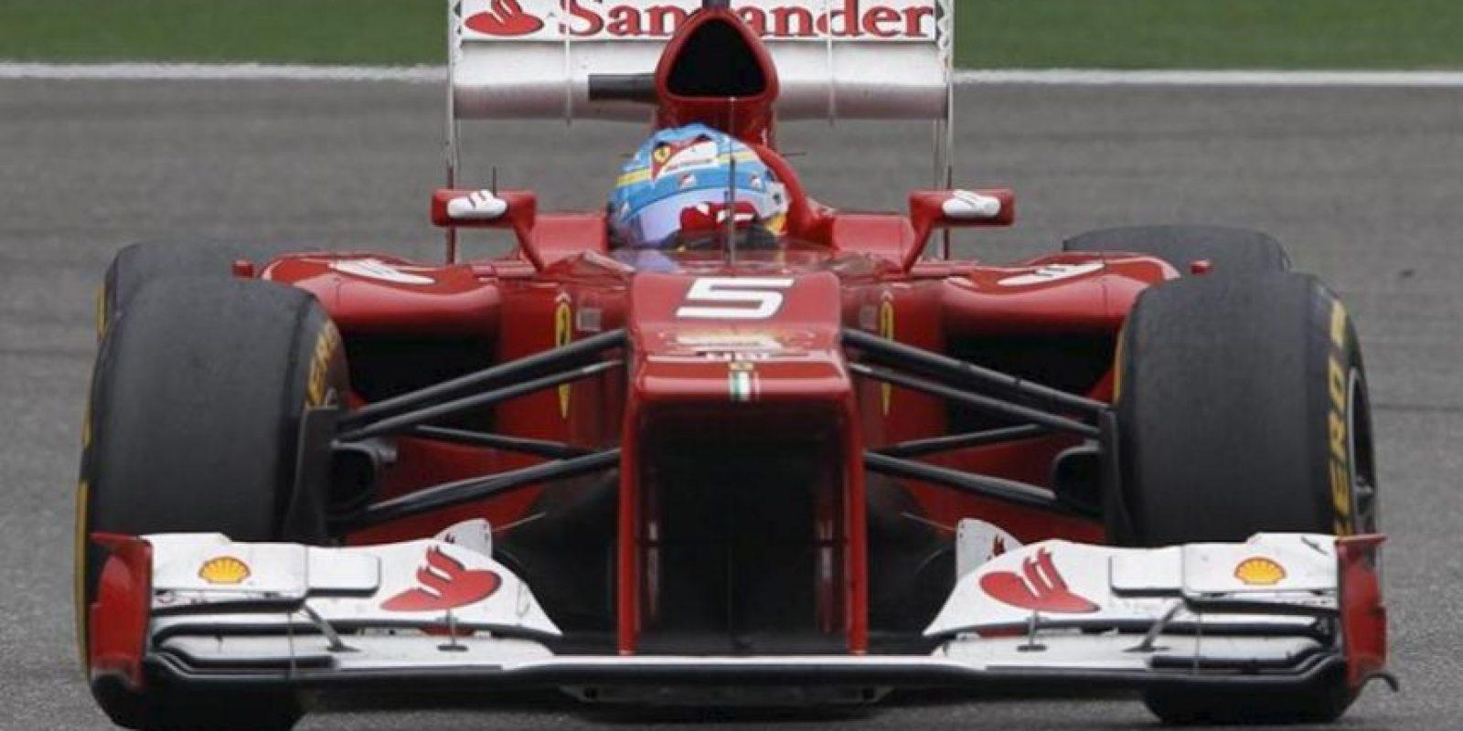 El piloto español de Fórmula Uno Fernando Alonso, de Ferrari, conduce su monoplaza durante la carrera del Gran Premio de China en el circuito internacional de Shangái (China). EFE