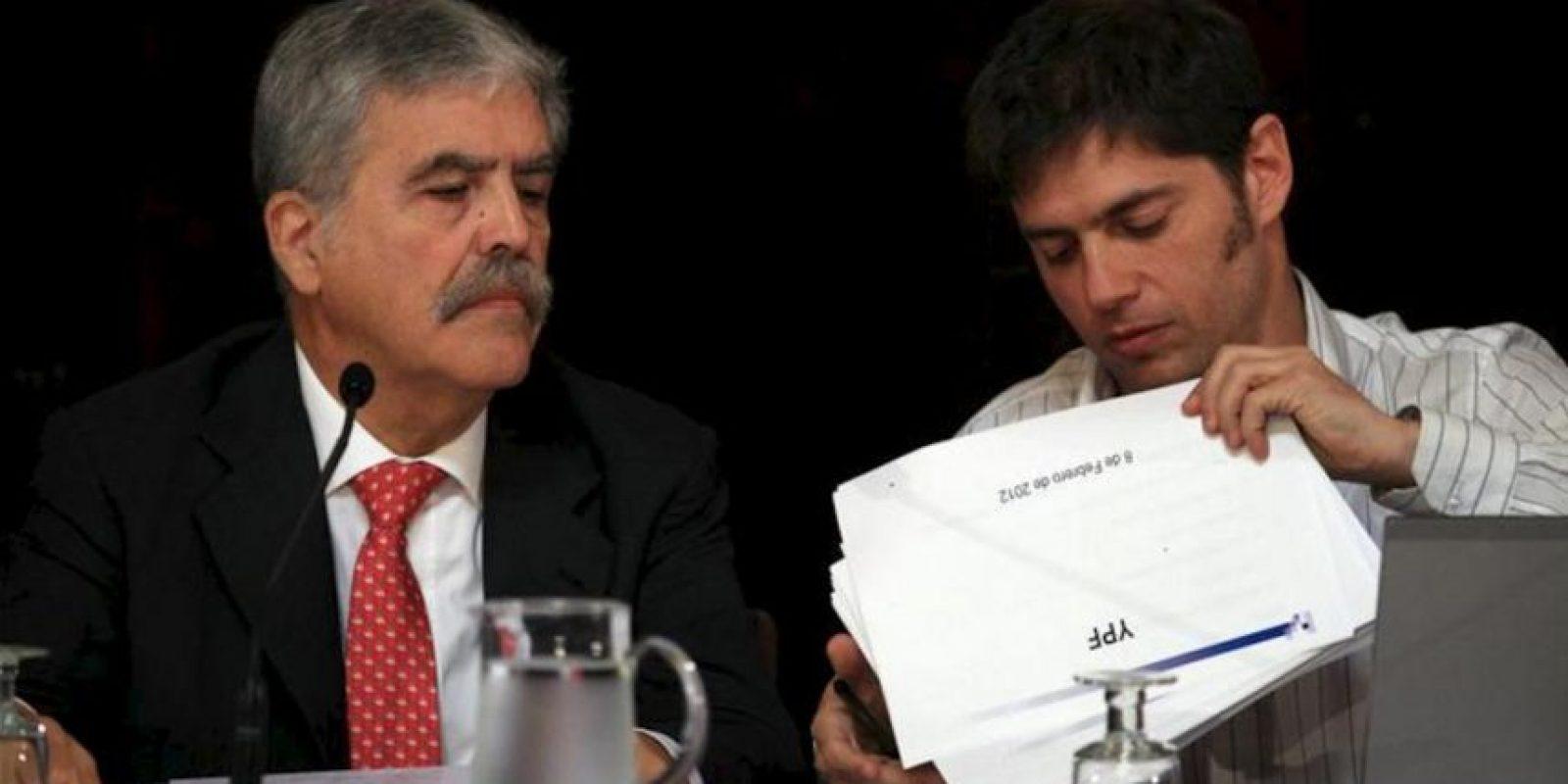El interventor de YPF y ministro de Planificación Federal de Argentina, Julio De Vido (i), y el viceministro de Economía, Axel Kicilloff (d), asisten al Senado en Buenos Aires (Argentina). EFE