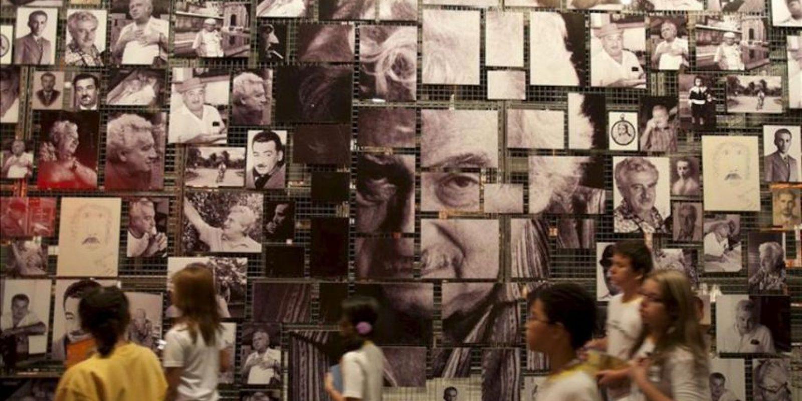 """Un grupo de estudiantes visita la exposición """"Jorge Amado y universal: Una mirada inusitada sobre el hombre y la obra"""", con motivo de la celebración del centenario del nacimiento del célebre escritor brasileño en el Museo de la Lengua Portuguesa de Sao Paulo (Brasil). EFE"""