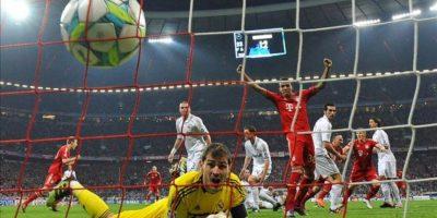 El portero del Real Madrid, Iker Casillas, observa el balón en su red después de un gol de Franck Ribery del Bayern Múnich, en un partido de la Liga de Campeones en Múnich (Alemania). EFE