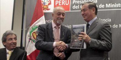 El experto contratado por el gobierno, el español Rafael Fernández Rubio (c), entrega el informe del peritaje del Estudio de Impacto Ambiental del proyecto minero Conga, que se planea realizar en la región de Cajamarca. EFE