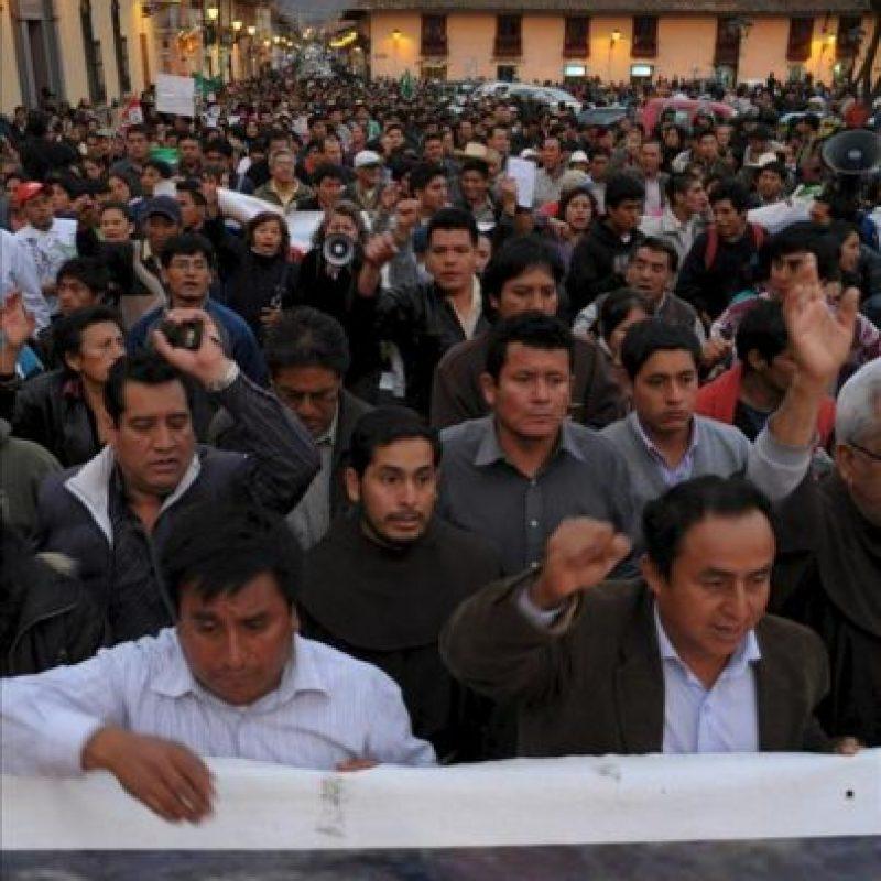 Miles de habitantes de Cajamarca, Perú, marchan este martes protestando contra el Estudio de Impacto Ambiental (EIA) del proyecto Conga entregado al Gobierno peruano por un equipo de técnicos. EFE