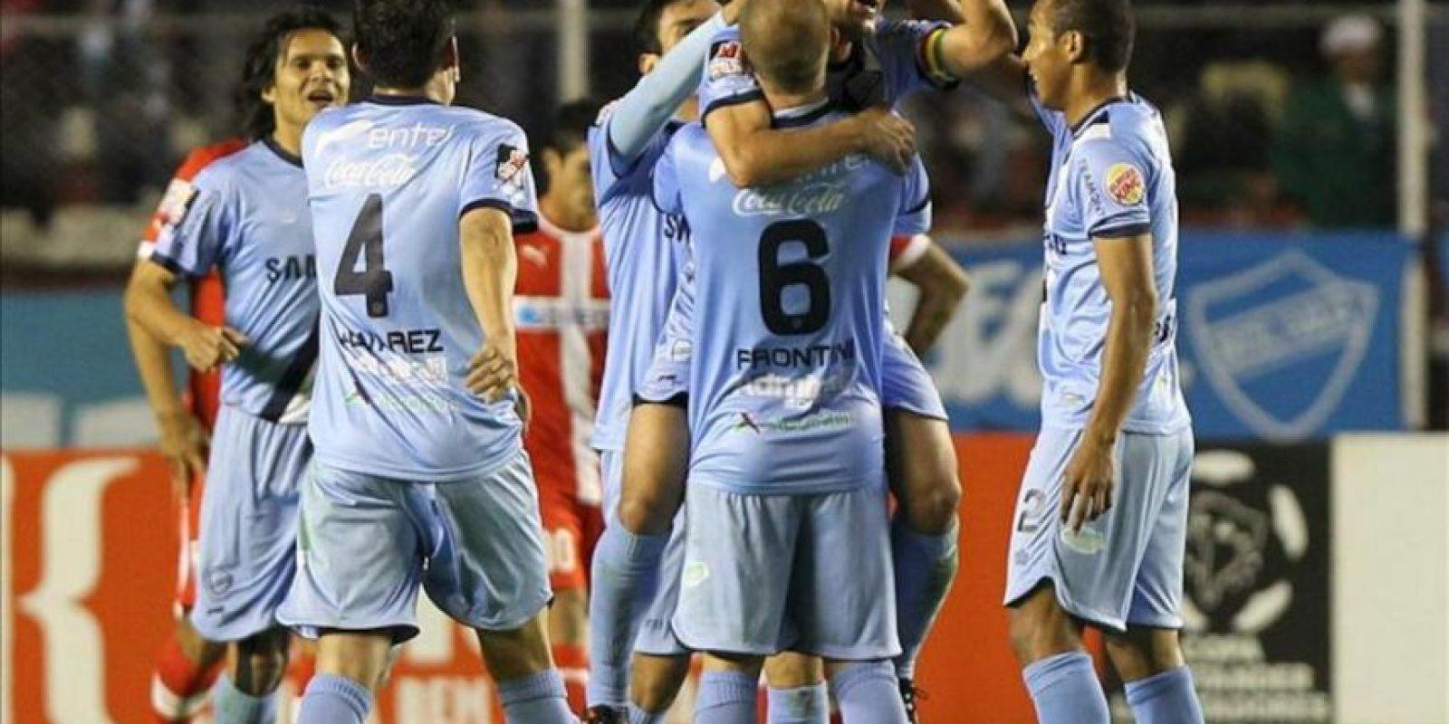 El jugador Walter Flores (c) Bolívar celebra con sus compañeros su anotación contra la Universidad Católica durante el partido de la Copa Libertadores de América disputado en el estadio Hernando Siles de La Paz (Bolivia). EFE