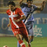 El jugador Walter Flores (d) de Bolívar disputa un balón con Roberto Ovelar (i) de Universidad Católica durante el partido de la Copa Libertadores de América disputado en el estadio Hernando Siles de La Paz (Bolivia). EFE