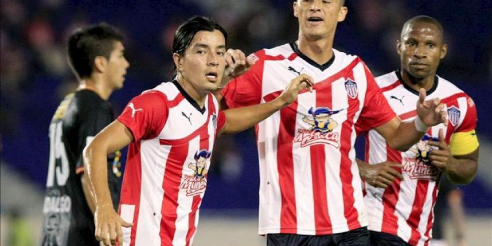 El jugador Sherman Cárdenas (i) de Junior celebra su anotación contra Unión Española de Chile durante un partido de la Copa Libertadores en el estadio Metropolitano de Barranquilla (Colombia). EFE