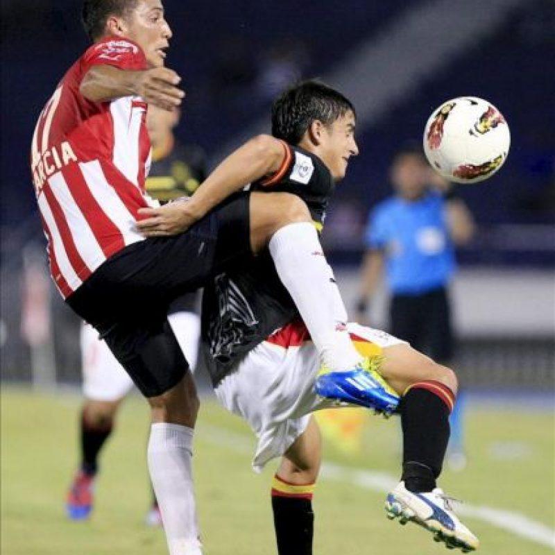El jugador Braynner García (i) de Junior disputa un balón con Mauro Díaz (d) de Unión Española de Chile durante un partido de la Copa Libertadores en el estadio Metropolitano de Barranquilla (Colombia). EFE