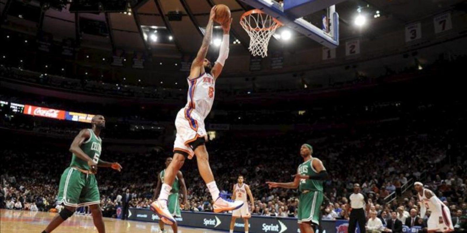 El jugador Tyson Chandler de New York Knicks salta para encestar ante Boston Celtics durante un juego de la NBA en el Madison Square Garden en Nueva York (EEUU). EFE