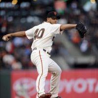 El lanzador inicialista de los Gigantes Madison Bumgarner en acción ante los Filis este martes 17 de abril de 2012, durante el juego de la MLB en el ATT Park de San Francisco, California (EE.UU.). EFE