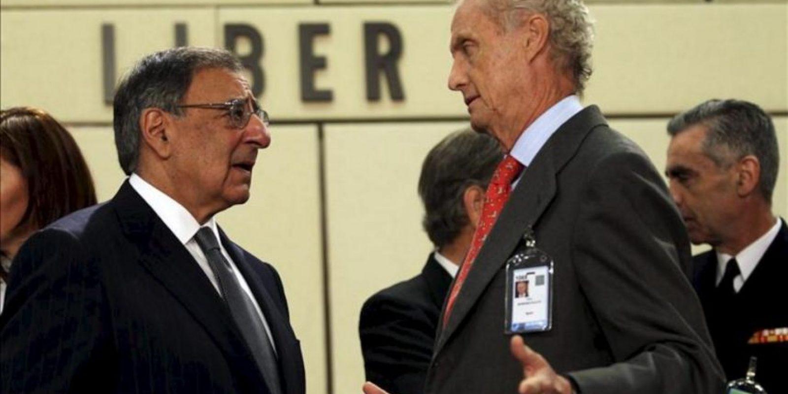 El ministro español de Defensa Pedro Morenés (dch) conversa con su colega estadounidense Leon Panetta al inicio de la reunión de ministros de Exteriores y de Defensa de la OTAN hoy, 18 de abril de 2012, en Bruselas, Bélgica. EFE