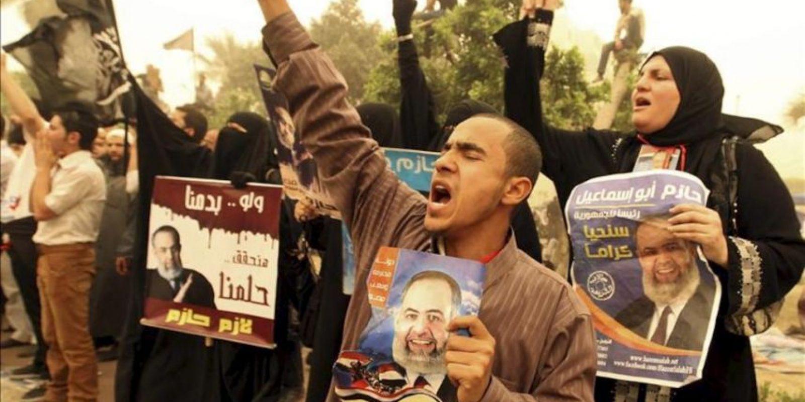 Seguidores del candidato salafista a la presidencia egipcia, Hazem Salah Abu Ismail, muestran carteles electorales mientras se manifiestan a las puertas de la Comisión Electoral en El Cairo, Egipto, hoy 18 de abril de 2012. EFE