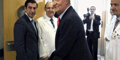 """El rey Juan Carlos, a su salida hoy de la habitación del Hospital USP San José de Madrid tras recibir el alta después de recuperarse de la intervención quirúrgica a la que fue sometido por fracturarse la cadera a consecuencia de una caída en Botsuana, cuando se encontraba en una cacería de elefantes, ha declarado a los periodistas: """"Lo siento mucho. Me he equivocado. No volverá a ocurrir"""". En la imagen, acompañado por el director gerente del centro médico, Javier de Joz (i), y el doctor Villamor, que dirigió la intervención quirúrgica. EFE"""