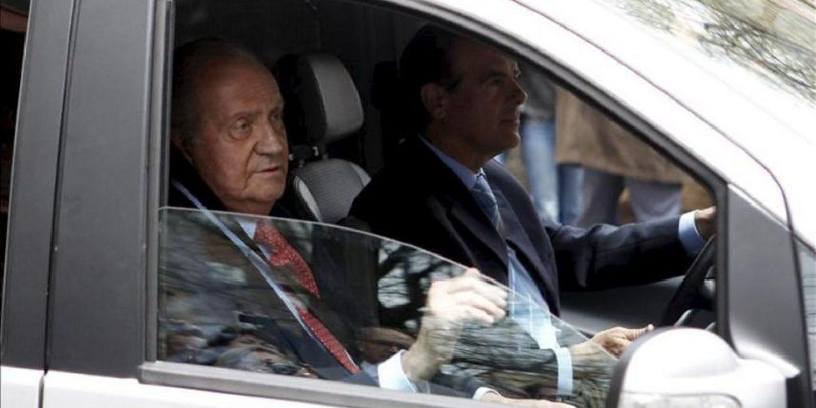 El rey Juan Carlos, saluda desde su coche a su salida hoy del Hospital USP San José de Madrid tras recibir el alta después de recuperarse de la intervención quirúrgica a la que fue sometido por fracturarse la cadera a consecuencia de una caída en Botsuana, cuando se encontraba en una cacería de elefantes. EFE