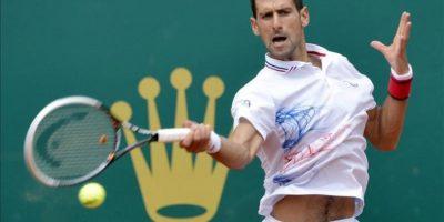 El tenista serbio Novak Djokovic devuelve la bola al italiano Andreas Seppi durante su partido de segunda ronda del Torneo masculino de Montecarlo jugado hoy en Roquebrune Cap Martin, Francia. EFE