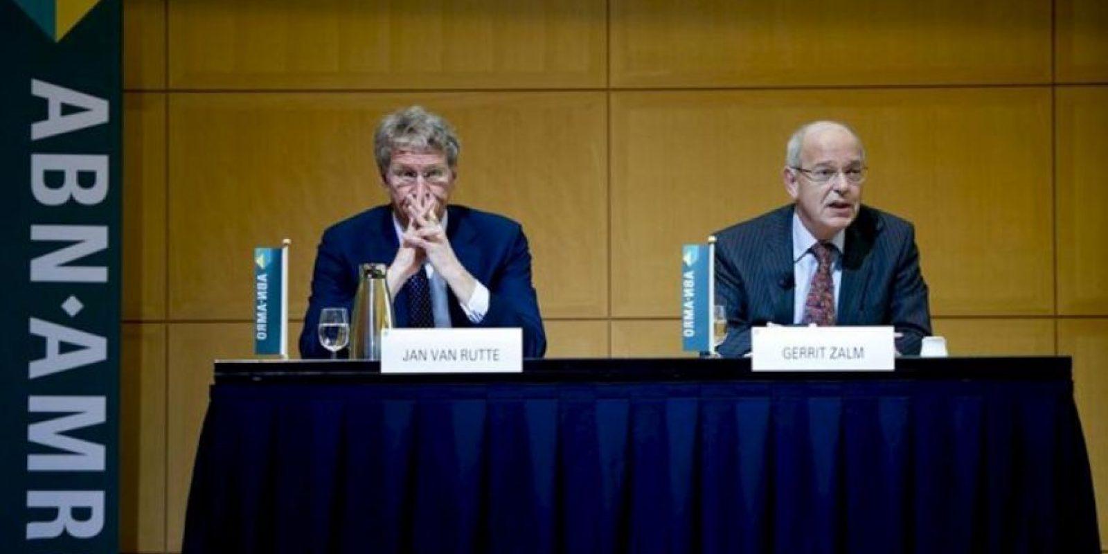 El presidente del Consejo de Administración de Abn Amro, Gerrit Zalm (dcha), y el director financiero de Abn Amro, Jan van Rutte (izda), ofrecen una rueda de prensa en la sede del banco en Amsterdam (Holanda). EFE/Archivo