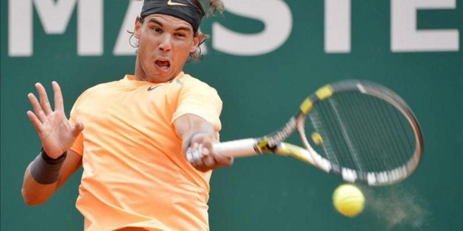 El tenista español Rafael Nadal devuelve la pelota al finlandés Jarkko Nieminen durante la segunda ronda del del Masters 1.000 de Montecarlo disputado en Roquebrune Cap Martin, Francia. EFE
