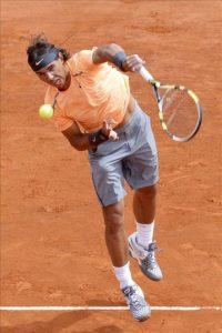 El tenista español Rafael Nadal saca ante el finlandés Jarkko Nieminen durante la segunda ronda del del Masters 1.000 de Montecarlo disputado en Roquebrune Cap Martin, Francia. EFE