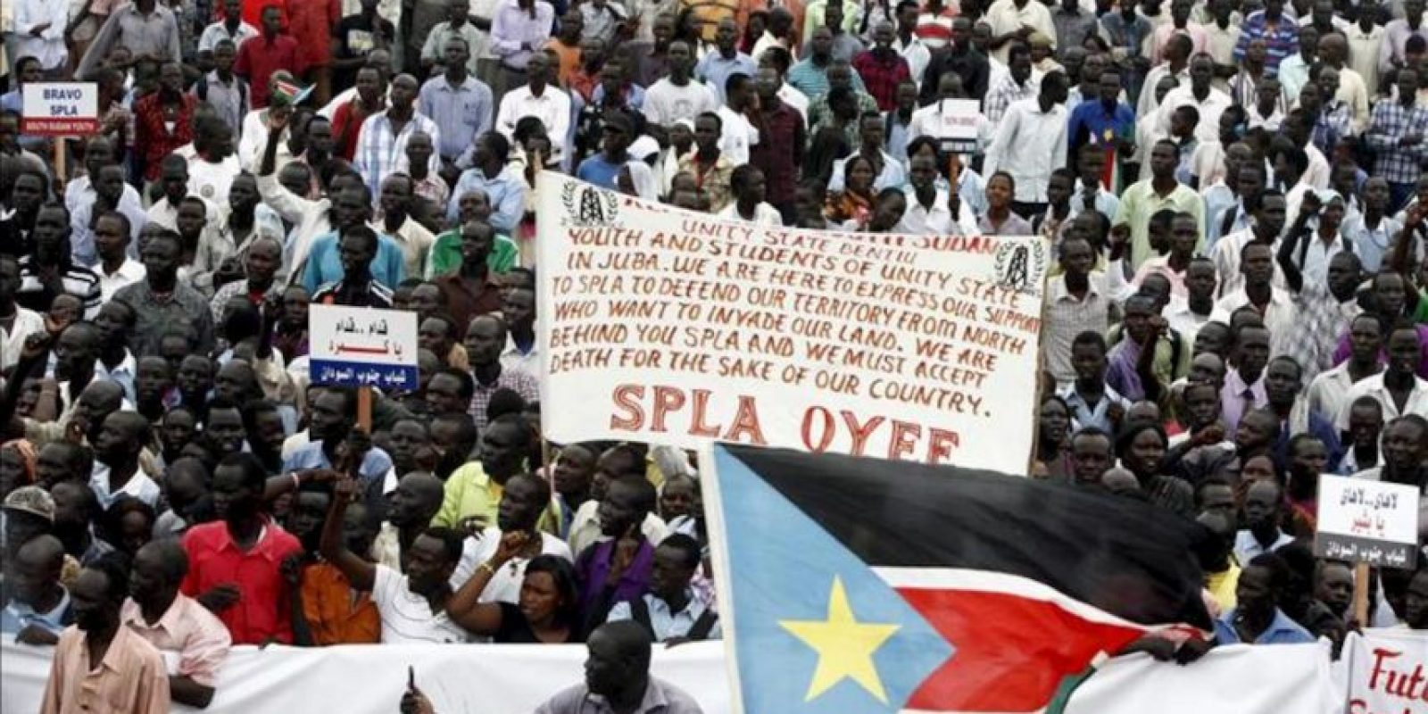 Sursudaneses se manifiestan para mostrar su apoyo al ejército, en Yuba, Sudán del Sur, hoy, miércoles 18 de abril de 2012. EFE
