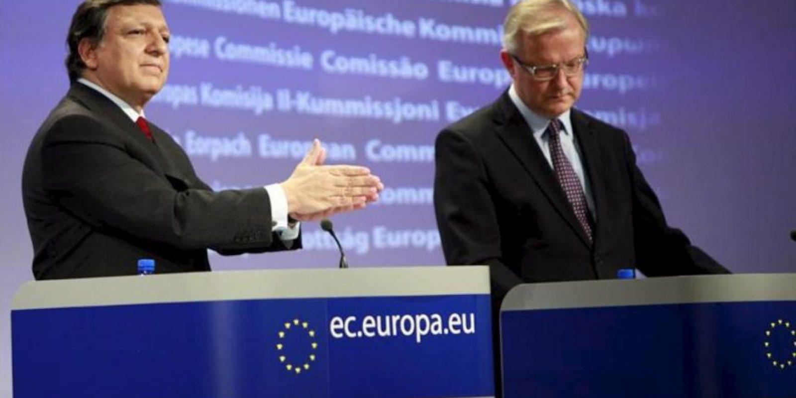 El presidente de la Comisión Europea, Jose Manuel Durao Barroso (i), y el comisario europeo de Asuntos Económicos y Monetarios, Olli Rehn, durante la rueda de prensa celebrada en Bruselas (Bélgica). EFE/Archivo