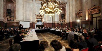 Senadores argentinos participan del plenario de comisiones este miércoles en el que se trata el proyecto de ley de YPF, en la sede del Congreso Nacional de Argentina en Buenos Aires. EFE